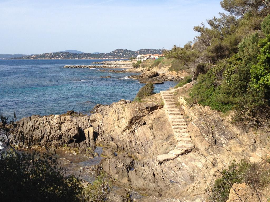 Chemins et escaliers taillés dans la roche